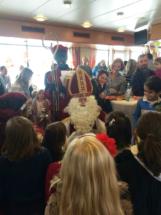 Sinterklaas spreekt met kinderen op zijn boot