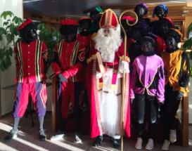 Groepsfoto Sinterklaas en Pieten
