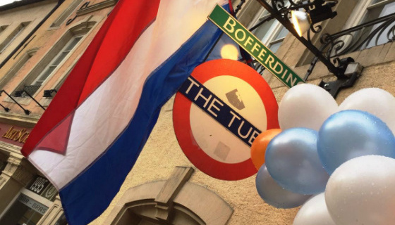 Foto van een Nederlandse vlag en balonnen op The Tube bar