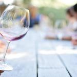wijnglas aan tafel van een wijnproeverij