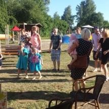 ouders en kinderen in speeltuin tijdens het NVL Zomerfeest 18 juni 2017