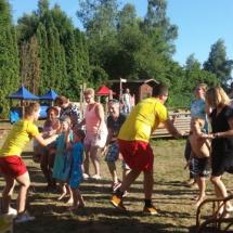 kinderen doen een spel op het NVL Zomerfeest 18 juni 2017